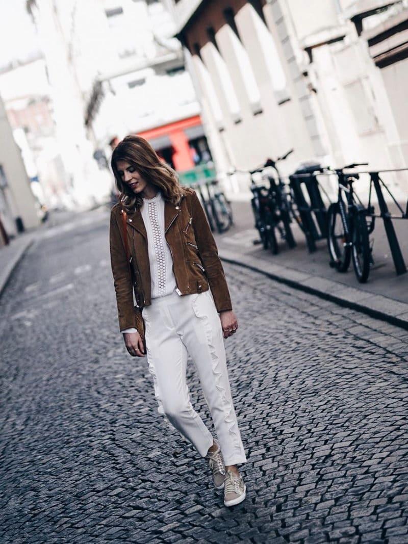 Look pantalon blanc à volants, blouse Navy Paris, sac rond Bali et baskets à paillettes perfecto