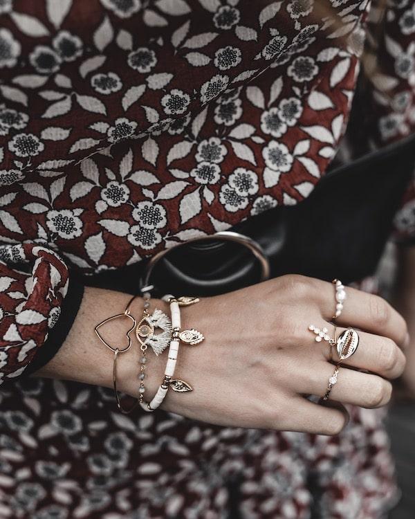 Look inspiration mode femme 2019 accumulation bijoux bracelets bohèmes Sansfin blog mode Lyon France By Opaline
