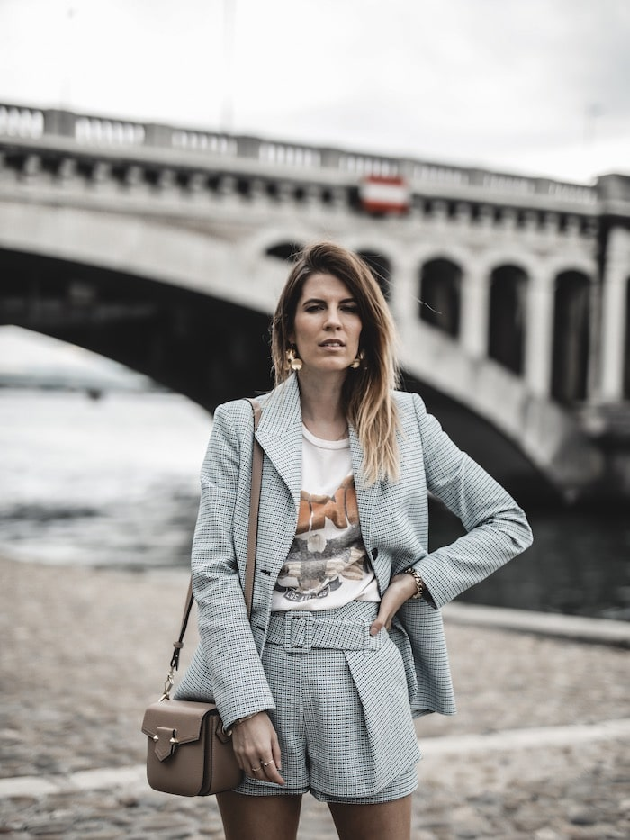 Look inspiration femme blazer short Maje tee shirt Anine Bing ugly sneakers blog mode Lyon France By Opaline