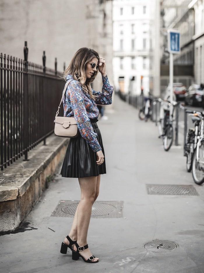 Look femme inspiration jupe plissée en simili chemise fleurie Ba&sh blog mode Lyon France By Opaline
