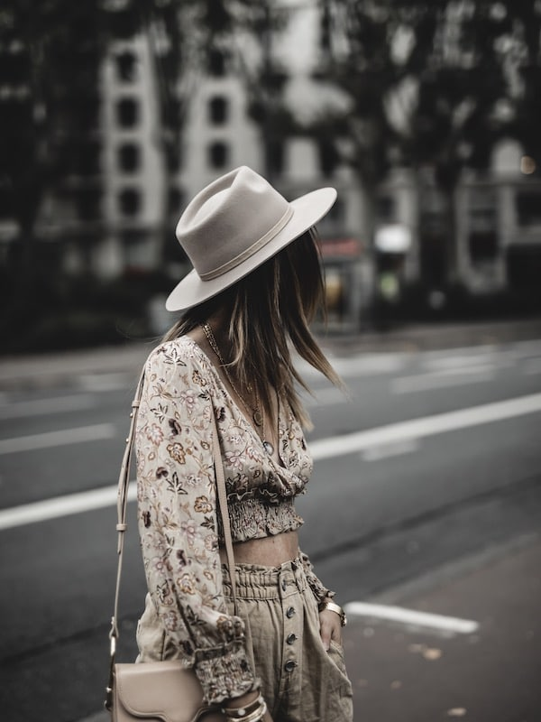 Look femme inspiration crop top fleuri beige tenue bohème blog mode Lyon France By Opaline