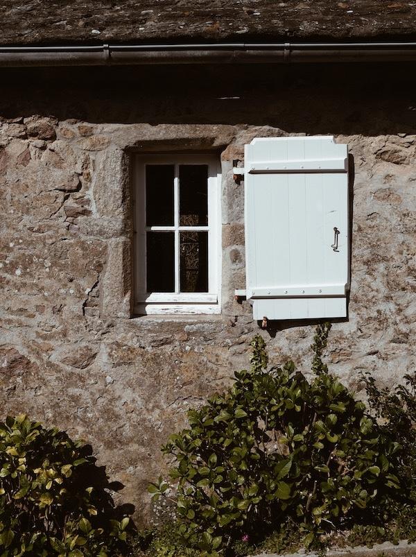 Voyage Normandie village de Goury maison en pierres fleurie blog Lyon France By Opaline
