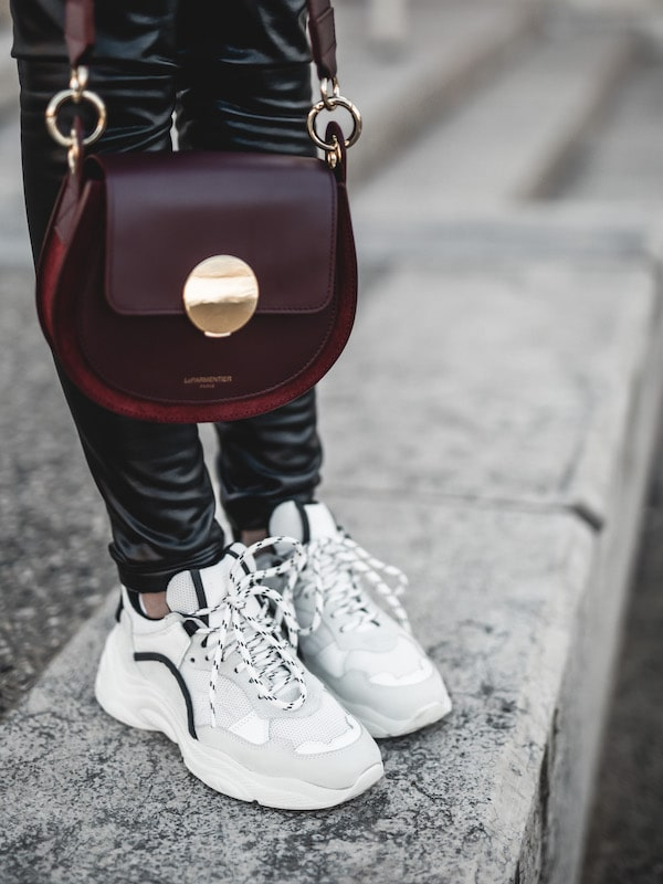 Inspiration look femme sac Le Parmentier Forzieri baskets sneakers Iro Curverunner
