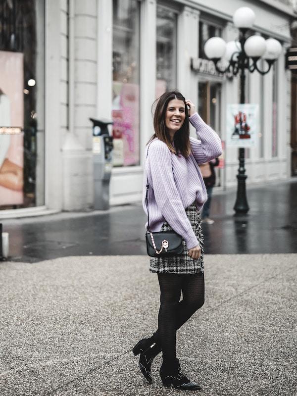 Inspiration look femme 2020 maille mauve et jupe en tweed