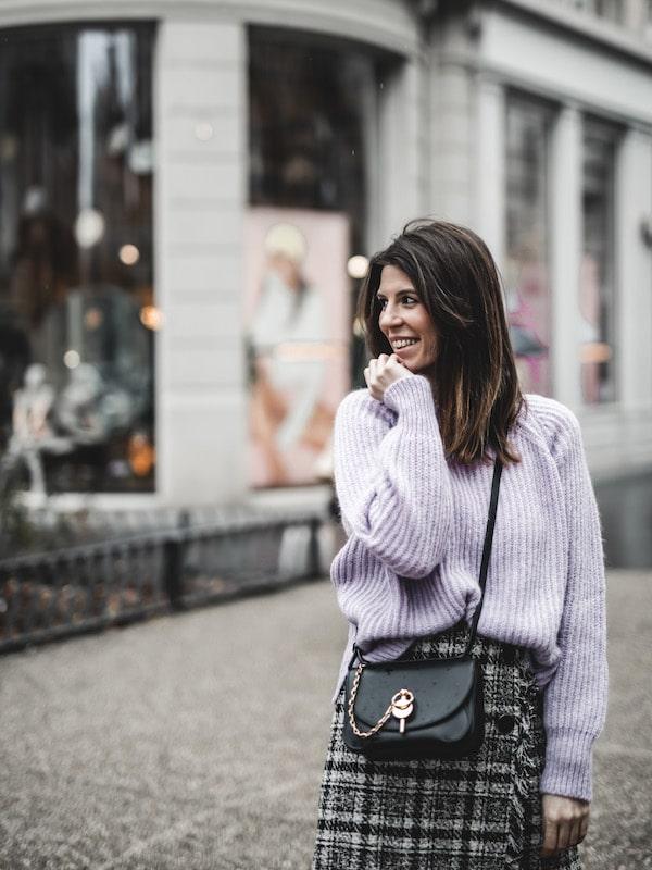Inspiration look femme 2020 pull lilas et jupe en tweed sac JW Anderson Keyts