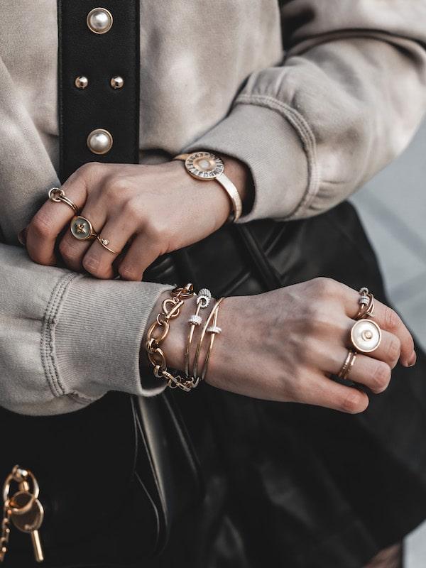 Inspiration mode look femme 2020 fashion accumulation bijoux apm monaco, aparanjan, cabirol, louyetu