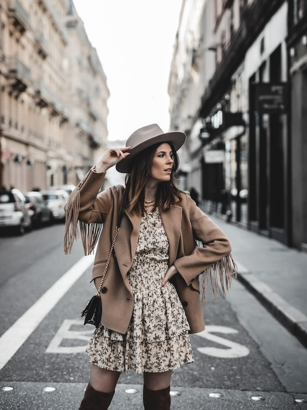 Inspiration mode look femme 2020 fashion veste franges The Kooples robe Pablo beige