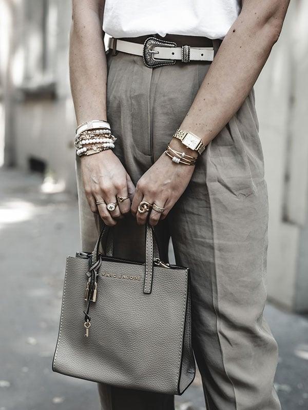 Inspiration mode look femme 2020 fashion tee-shirt blanc structuré, pantalon beige et sac Marc Jacobs mini Grand