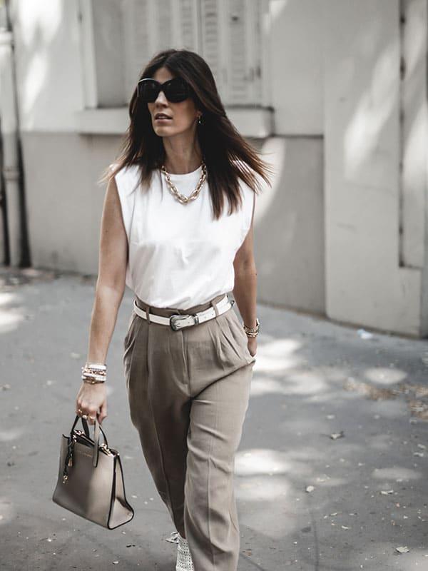 Inspiration mode look femme 2020 fashion tee-shirt blanc structuré, pantalon beige