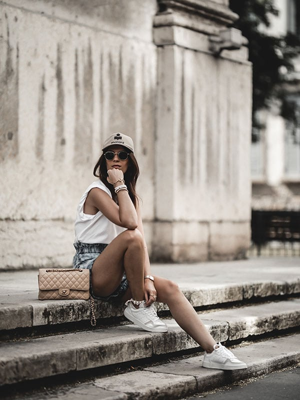 Inspiration mode look femme 2020 fashion baskets Adidas Supercourt sac Chanel Timeless Classic beige casquette Tyron