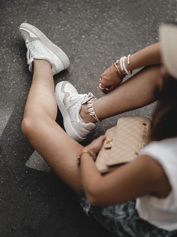 Inspiration mode look femme 2020 fashion baskets Adidas Supercourt sac Chanel Timeless Classic beige