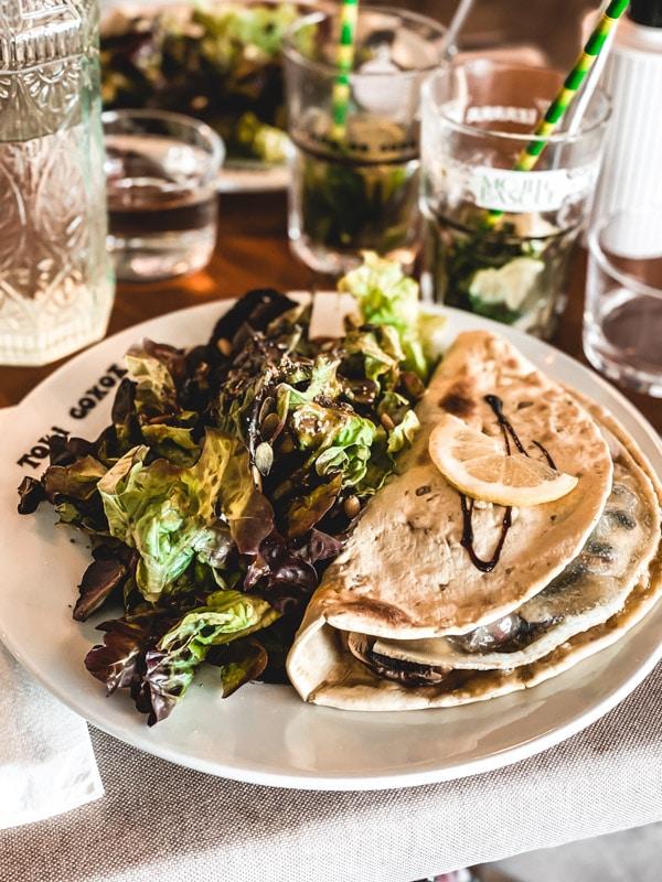 Manger végétarien ou vegan au pays basque, mes meilleures adresses. La taloa végétarienne de chez Toki Goxoa.