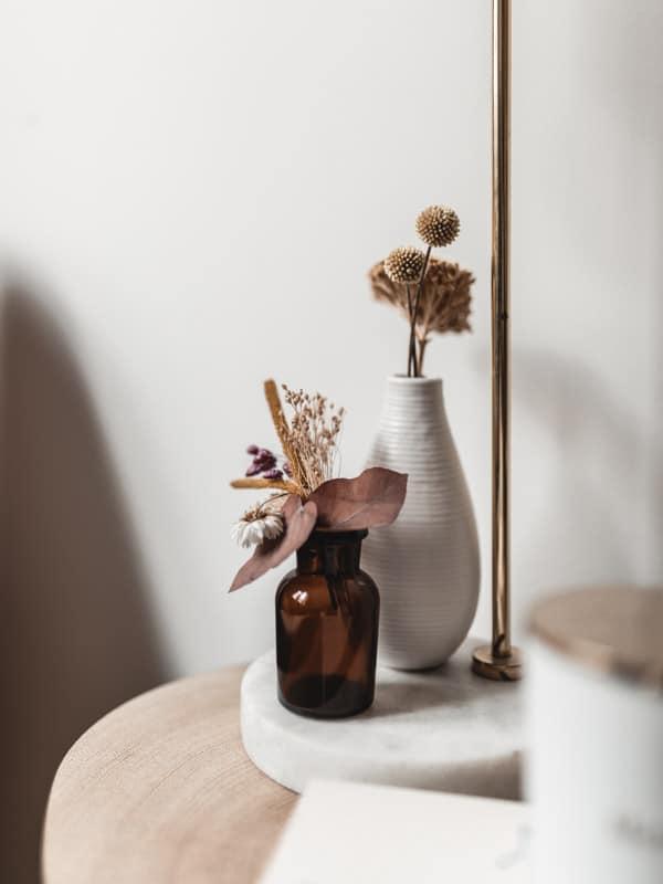 Décoration du bureau avec DIY bureau bois pieds métal, fleurs séchées pour le coin lecture.