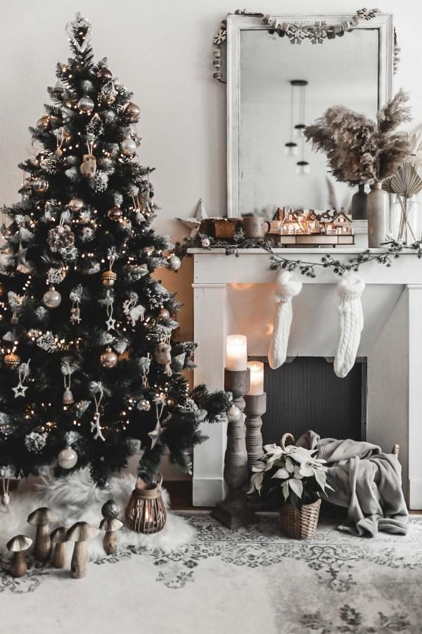 Ma décoration de Noël nature dans un esprit forêt féérique, dans les tons bruns, beiges, verts et or. Mon sapin est un pin naturel enneigé artificiel.