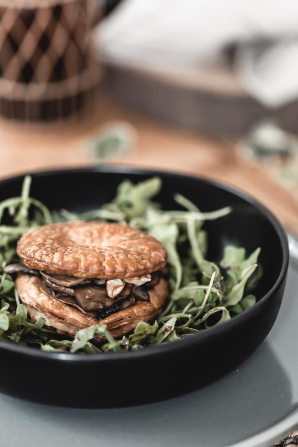 Feuilleté croustillant champignons, gorgonzola et noix, roquette