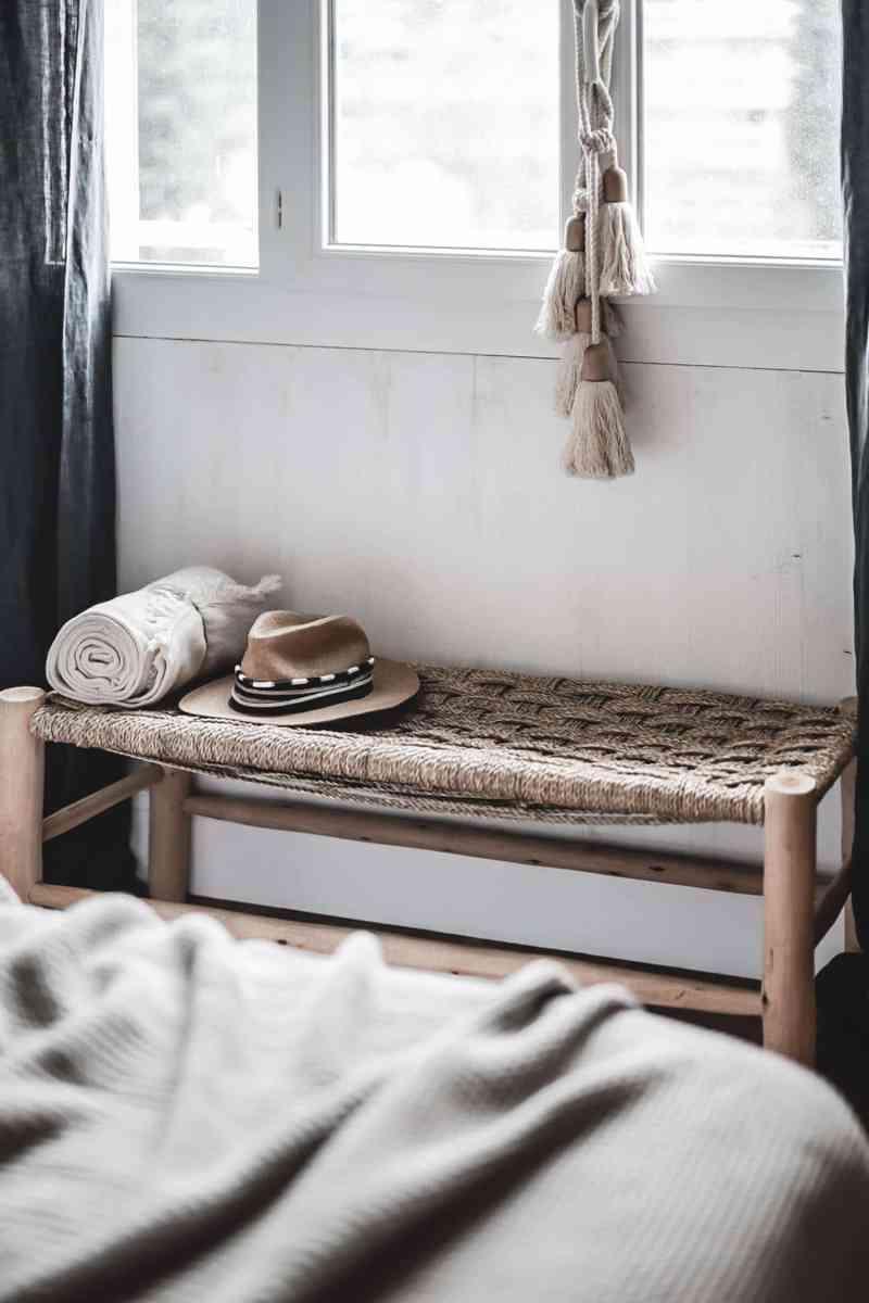 Décoration de la chambre dans un esprit bohème, chaleureux et apaisant. Des matières naturelles comme le bois, l'osier ou le lin se déclinent en coloris neutres (beige, blanc...). Enfin, découvrez notre DIY pour réaliser une tête de lit à partir de planches de bois massif. Sous la fenêtre, un banc marocain pour poser nos chapeaux.