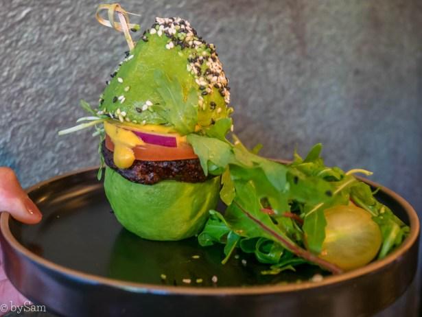 Avocado Show Downtown restaurant bun burger vegetarisch