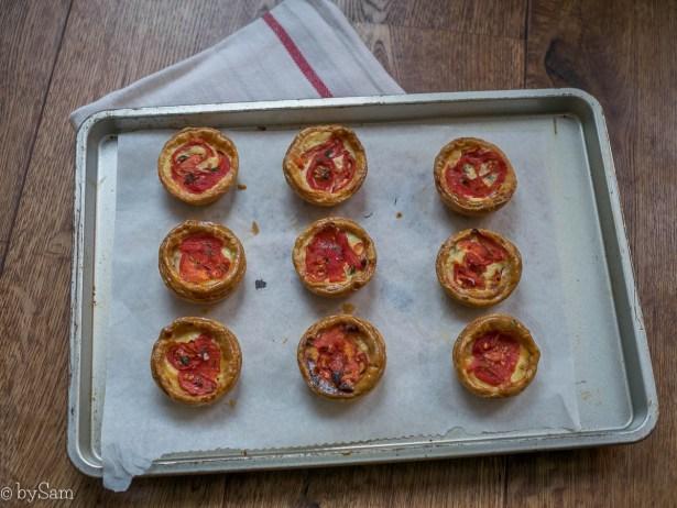 Mini taartjes met een vulling van cheddarkaas en ui bakken