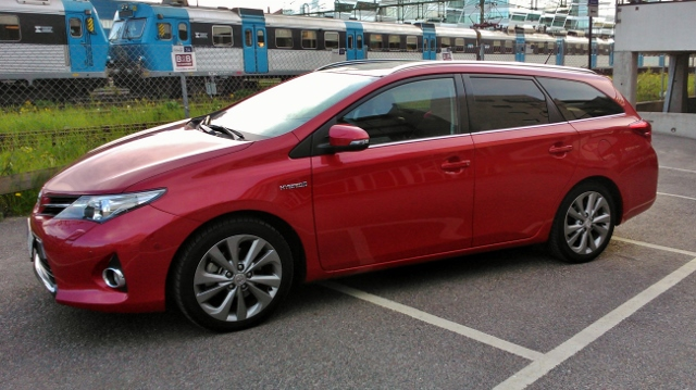 Toyota Auris Hybrid 2014 red (2)
