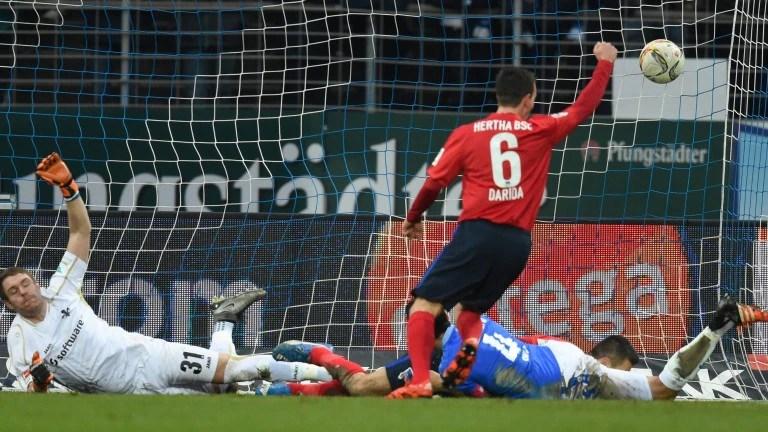 Vladimir Darida feiert das 1:0 im Spiel gegen Darmstadt durch Vedad Ibisevic, der am Boden liegt (Foto: dpa)