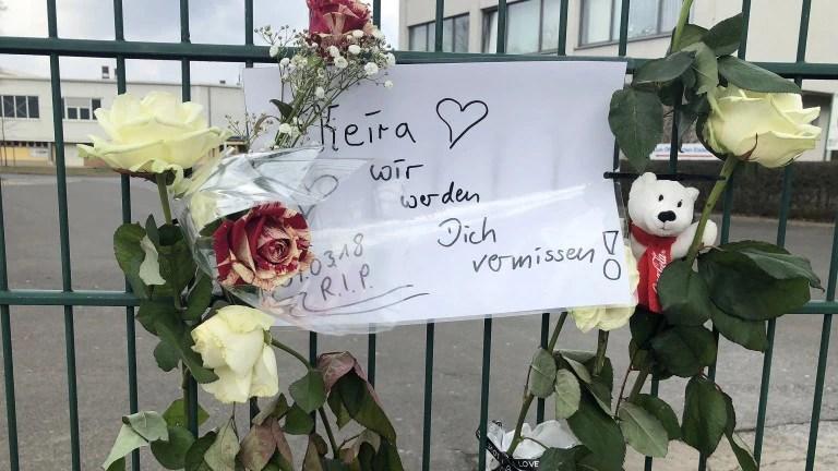 An einem Zaun der Eisschnelllaufhalle in Hohenschönhausen haben Freunde Blumen für die ermordete Keira befestigt (Foto: Jörg Bergmann)