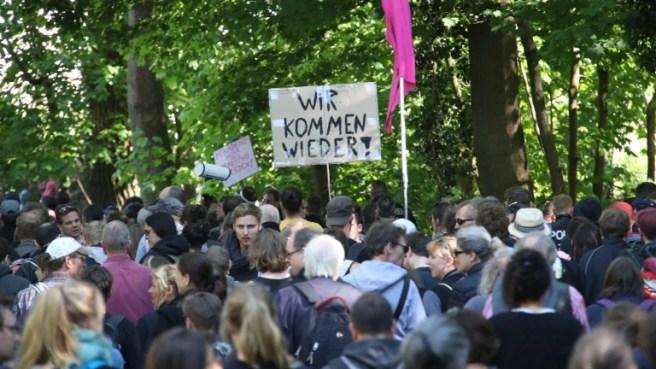 Die Demonstranten im Grunewald prangern unter anderem die Berliner Wohnungspolitik an