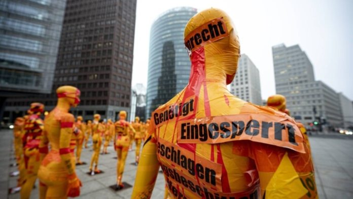 A mannequin with an adhesive tape with the inscription (Photo: picture alliance)