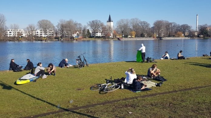 With a paddle board or picnic basket: Sun-seekers sat by the Spree in Treptower Park (Photo: Ralf Drescher)