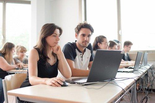 In vielen Unterrichtsbereichen gehört die Arbeit am Computer zum Alltag. Die Münchener Berufsschule für Augenoptik ist umfassend mit Computertechnik ausgestattet und stellt den Schülerinnen und Schülern freies W-Lan zur Verfügung.