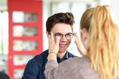 """Schülerinnen und Schülern der Berufsschule stehen im Unterrichtsfach """"Verkauf und Beratung"""" Arbeitsplätze, Materialien und Geräte wie im Augenoptikerbetrieb zur Verfügung."""