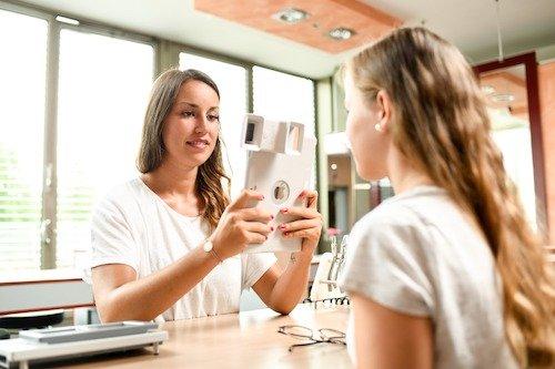 Zur optischen Brillenanpassung in der Fachschule für Augenoptik werden verschiedene Techniken eingesetzt; hier arbeiten zwei Schülerinnen mit einem iPad-gesteuerten Messtool.