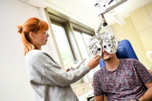 In vielen Fällen können verschiedene Phasen der subjektiven Refraktionsbestimmung an der Fachschule für Augenoptik auch mit dem Phoropter durchgeführt werden.