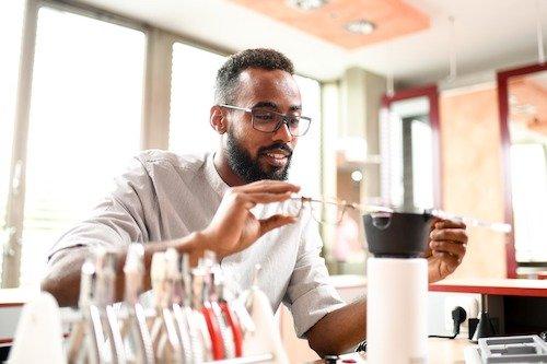 """Brillenanpassung ist auch an der Fachschule für Augenoptik noch ein sehr wichtiges Thema, wenn auch im 2. Studienjahr hier der Schwerpunkt auf der Versorgung bei """"Low Vision"""" liegt."""