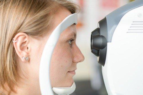 Mit modernster Technik – hier an einer nonmydriatischen Funduskamera – wird an der Fachschule für Augenoptik auch das Erkennen von Auffälligkeiten und Sehleistungsminderungen vermittelt und geübt.