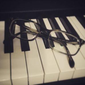 Certe pratiche contronatura rendono miopi / occhiali su natura morta di tastiera / bio a chi?