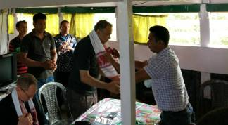 Harish Hunde, CEO SELCO Founation being felicitated by a Boat Clinic team member