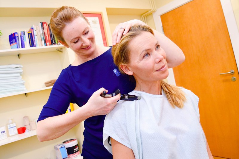 Chiropractor in Bridgend treating neck pain