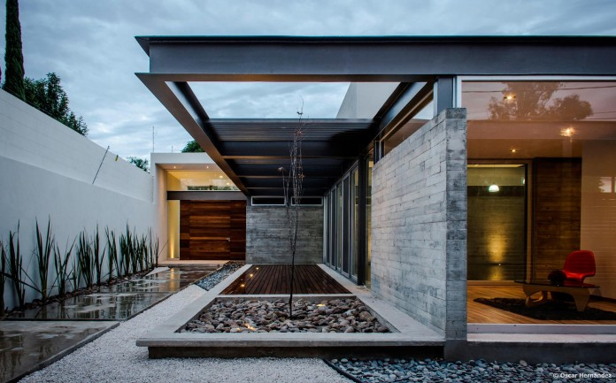 One-Story-Contemporary-TCH-House-by-Arkylab-02