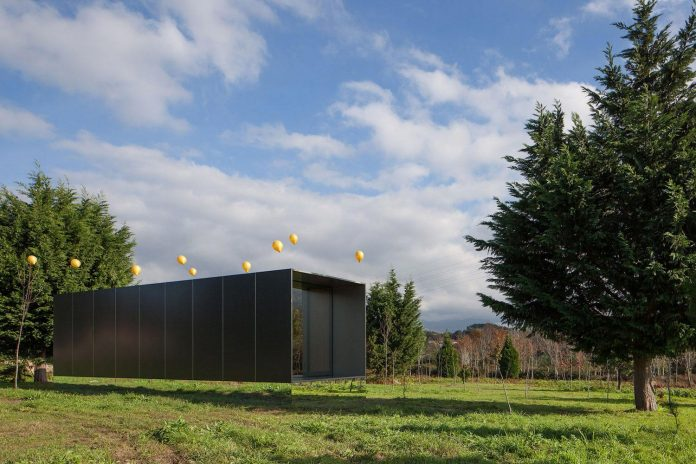 mima-light-minimal-modular-construction-seems-levitate-ground-due-lining-base-mirrors-03