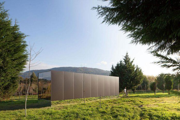 mima-light-minimal-modular-construction-seems-levitate-ground-due-lining-base-mirrors-05