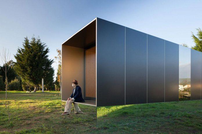 mima-light-minimal-modular-construction-seems-levitate-ground-due-lining-base-mirrors-07