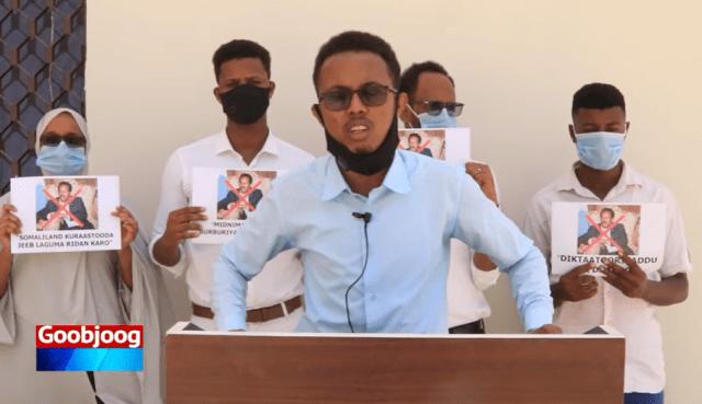 Daawo: Dhalinyaro reer Somaliland ah oo si adag uga hor-timid qorshaha Farmaajo