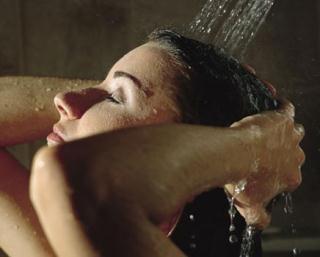 lavar os cabelos na água quente resseca os cabelos