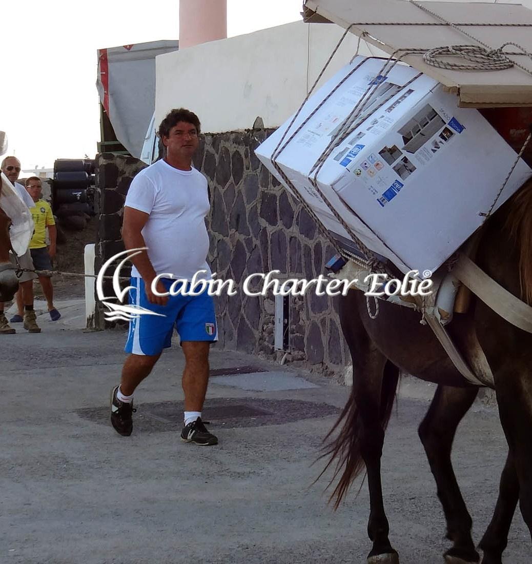 La valigia in Barca a Vela – Vacanza in Cabin Charter alle Isole Eolie