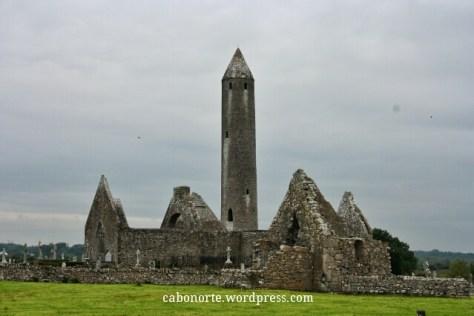 Torre circular e ruinas do Mosteiro de Kilmacduagh