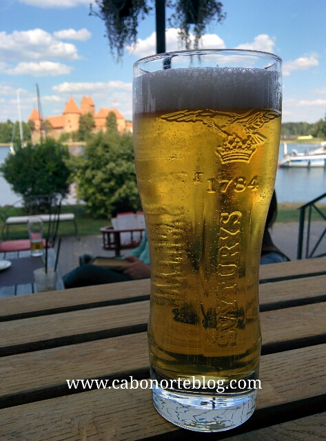 Tomando una cerveza en Trakai