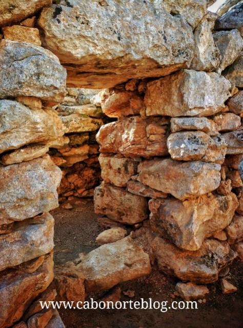 Interior de los restos arqueológicos de Capocorb Vell