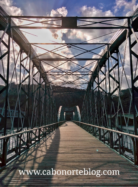 Puente peatonal que cruza la Ría do Barqueiro