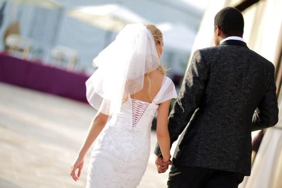 mire si mireasa la nunta din spate