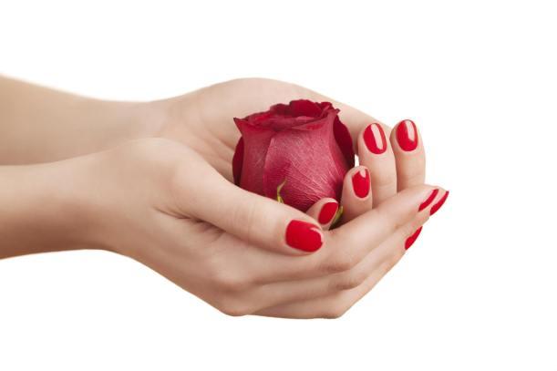 maini cu trandafiri